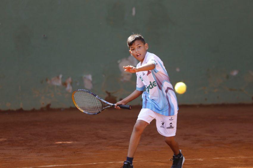 Emanuel cumple sus promesas en el tenis de campo